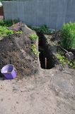 Grabender Graben für Abwasserrohre während des Hausbaus Graben für gesundheitliches Abwasserrohr im neues Haus-Bau Stockfoto