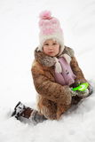 Grabender Schnee des Mädchens Stockfoto