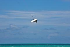 grabing他的kitesurfer男的董事会 库存照片