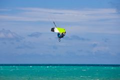 grabing他的kitesurfer男的董事会 免版税库存照片