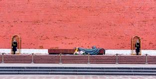 Grabmal des unbekannten Soldaten geschützt von zwei Ehrenschutzsoldaten an der Kremlmauer lizenzfreies stockfoto