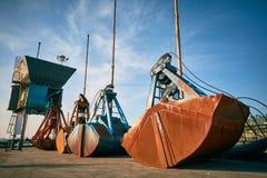 Grabscher für die Bulkladung, die auf einen Pier auf Bulkladungsanschluß legt Stockfotografie