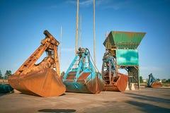 Grabscher für die Bulkladung, die auf einen Pier auf Bulkladungsanschluß legt Stockbild
