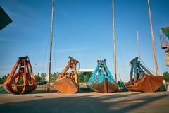 Grabscher für die Bulkladung, die auf einen Pier auf Bulkladungsanschluß legt Lizenzfreie Stockbilder