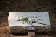 Grabstein am Feld der Ehre Loenen in den Niederlanden, das einzige mit Text Onbekende Nederlandse, der unbekannten Holländer-F.E. stockbilder