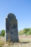 Grabstein gegen einen freien blauen Himmel Lizenzfreie Stockfotos