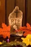 Grabstein mit Blättern Stockbild