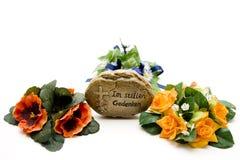 Grabstein mit Blumen Stockbilder