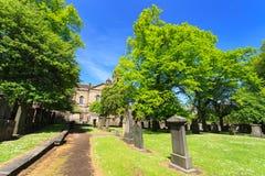 Grabsteine an der Gemeinde-Kirche von St Cuthbert Stockfotos