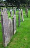 Grabsteine, die in einem Friedhof stehen Lizenzfreie Stockfotografie