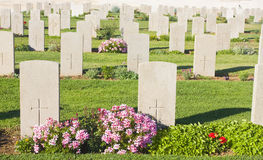Grabsteine in einem Kirchhof Stockfotografie