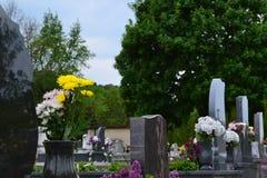 Grabsteine und Blumengaben Stockfoto