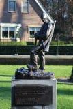 Grabsteine und Statuen auf dem Militärfeld der Ehre beim Grebberberg in den Niederlanden, lizenzfreie stockfotografie