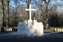 Grabsteine und Statuen auf dem Militärfeld der Ehre beim Grebberberg in den Niederlanden, lizenzfreie stockbilder