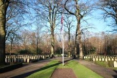 Grabsteine und Statuen auf dem Militärfeld der Ehre beim Grebberberg in den Niederlanden, stockbilder