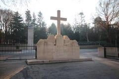 Grabsteine und Statuen auf dem Militärfeld der Ehre beim Grebberberg in den Niederlanden, lizenzfreies stockbild