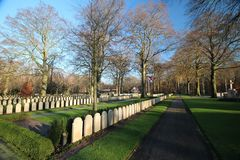 Grabsteine und Statuen auf dem Militärfeld der Ehre beim Grebberberg in den Niederlanden, lizenzfreies stockfoto