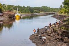 Grabung auf der Fluss-Abnutzung lizenzfreies stockbild