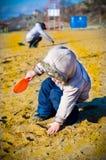 Grabungen des kleinen Jungen im Sand lizenzfreie stockfotografie