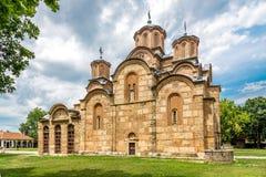 Gracanica är en serbisk ortodox kloster som lokaliseras i Kosovo Arkivfoto
