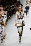 Grace Elizabeth, Anna Ewers camina la pista en la demostración de Versace durante Milan Fashion Week Spring /Summer 2018 imagen de archivo libre de regalías