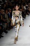 Grace Elizabeth camina la pista en la demostración de Versace durante Milan Fashion Week Spring /Summer 2018 imágenes de archivo libres de regalías