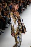 Grace Elizabeth camina la pista en la demostración de Versace durante Milan Fashion Week Spring /Summer 2018 fotografía de archivo