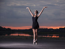 Gracefull ballerina på gatorna royaltyfria foton