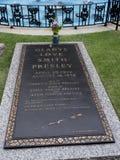 Graceland är hemmet av sångaren Elvis Presley i stil av en antebellum herrgård och en magnet för musikfans Royaltyfri Foto