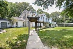 Graceland trädgård med bana till herrgården royaltyfri fotografi