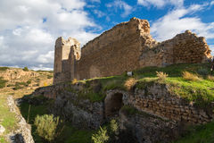 Gracht en kasteel, middeleeuwse ruïnes Stock Foto's