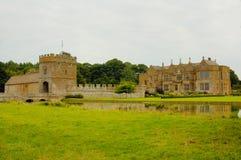 Gracht en manor in het Middeleeuwse kasteel Stock Fotografie