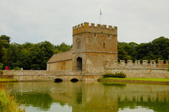 Gracht en manor in het Middeleeuwse kasteel Royalty-vrije Stock Afbeeldingen