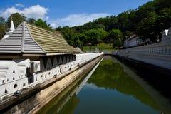 Gracht rond tempel van heilig tandoverblijfsel Stock Fotografie