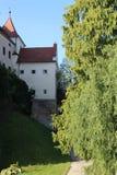 Gracht vestingmuur van Bojnice-kasteel royalty-vrije stock afbeeldingen