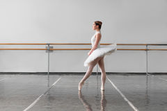 Graci baleriny utrzymanie stojak w balet klasie Fotografia Royalty Free