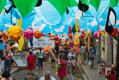 Gracia区装饰的街道 蝴蝶绿色例证天空夏天主题向量 免版税图库摄影