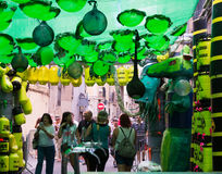 Gracia Festival Decorations in Barcelon Thema des Giftmülls Lizenzfreie Stockfotografie