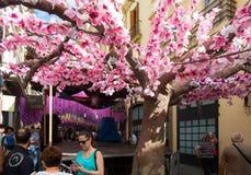 Gracia Festival Decorations in Barcelona Japanisches Thema Stockfotografie