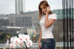 Gracias de la mujer por las flores Fotos de archivo