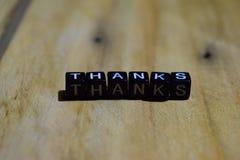 Gracias escritas en bloques de madera Conceptos de la inspiración y de la motivación fotografía de archivo libre de regalías