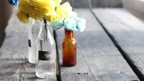 Gracias, la idea del merci, las flores agradables en las botellas y la etiqueta almacen de video