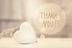 Gracias mensaje con un corazón blanco imágenes de archivo libres de regalías