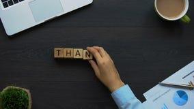 Gracias, mujer de negocios que hace la frase de cubos, gratitud de las compañías al cliente almacen de metraje de vídeo