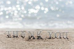 Gracias redactar dibujado en la arena de la playa Imágenes de archivo libres de regalías