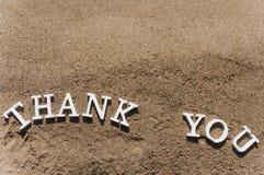 Gracias redactar dibujado en la arena de la playa Imagen de archivo libre de regalías