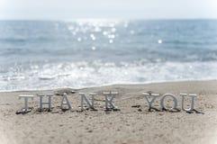 Gracias redactar dibujado en la arena de la playa foto de archivo