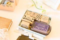 Gracias, te amo y con los sellos del amor en etiqueta de las huéspedes de la boda foto de archivo libre de regalías