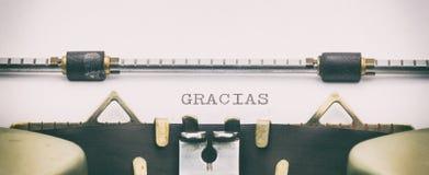 GRACIAS-Wort in Großbuchstaben auf einem Schreibmaschinenblatt Stockbilder