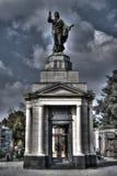 Graco stilmonument med statyn som pekar fingret Royaltyfri Fotografi